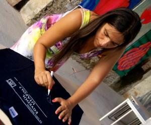 Palya Bea aláírás közben