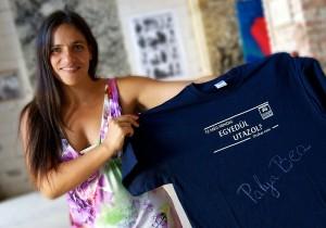 Palya Bea az aláírt Oszkár telekocsis pólóval