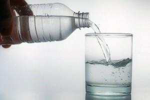 Öntsünk tiszta vizet a pohárba