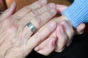 Mama kezében unokája keze