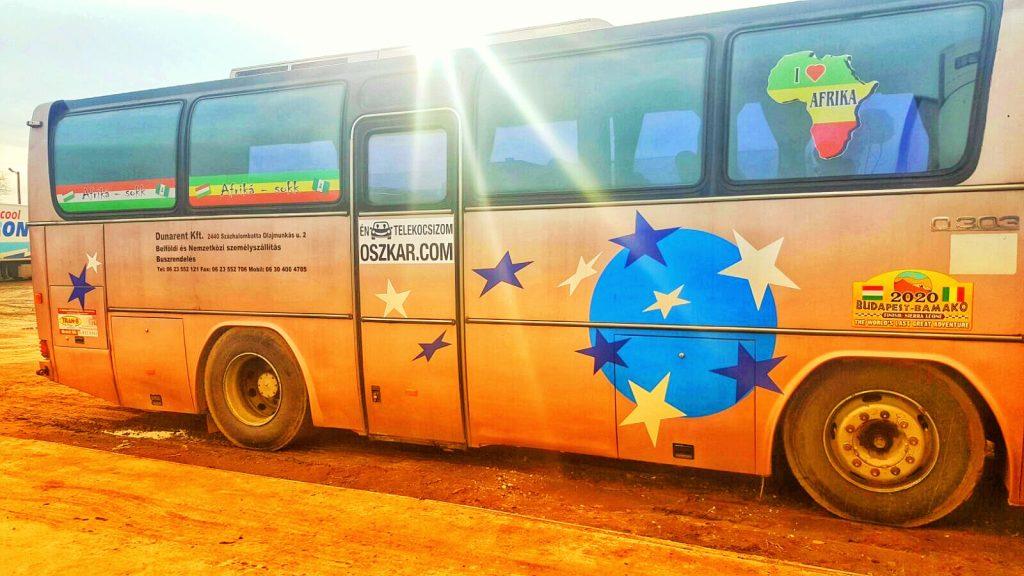 Afriká-sokk busza Oszkár-matricával